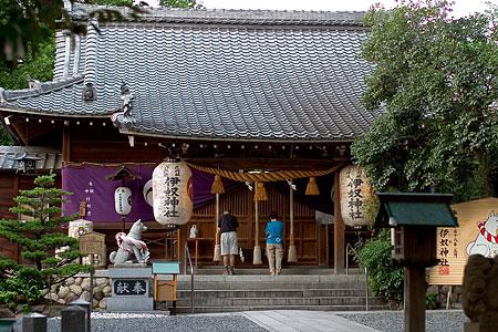 伊奴神社拝殿と参拝者