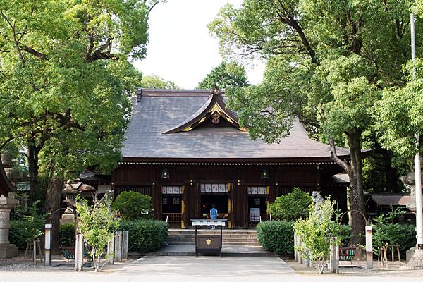 若宮八幡社拝殿と参拝者
